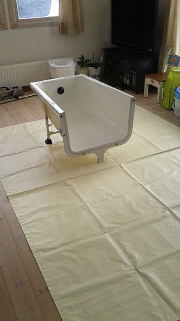 先ずシートを敷く。 そして浴槽の半分を運びこみ… 次にシャワー付きの上... 訪問入浴