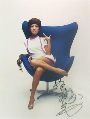 青い大きな椅子に足を乗せて座る浅丘ルリ子
