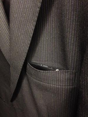 スーツの胸ポケットならジャストサイズ