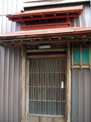 手の込んだ作りの木戸