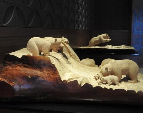 藤戸竹喜さんの作品 「川のめぐみ」と「群れる鮭を追う―秋」