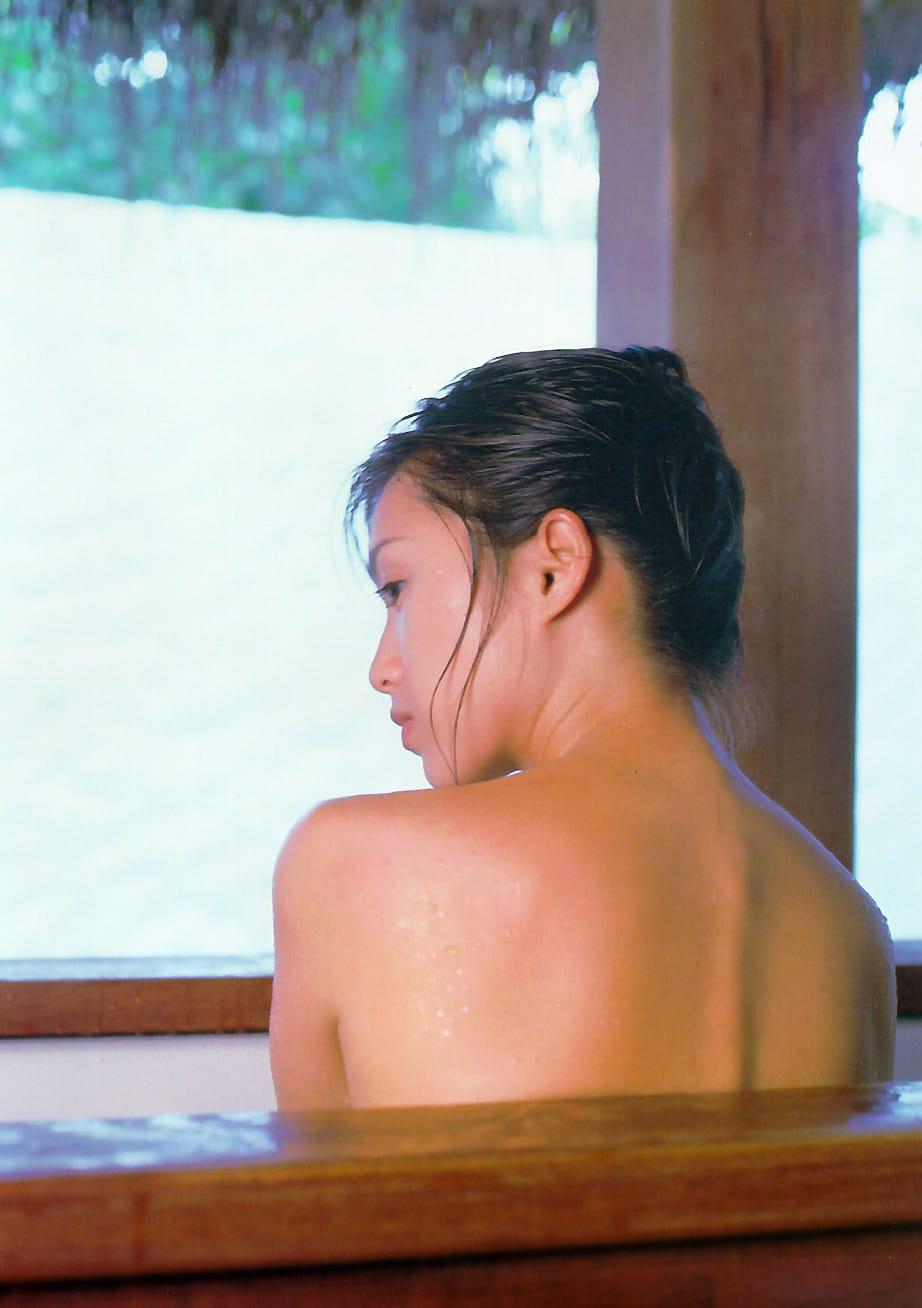 全裸で風呂に浸かる酒井法子