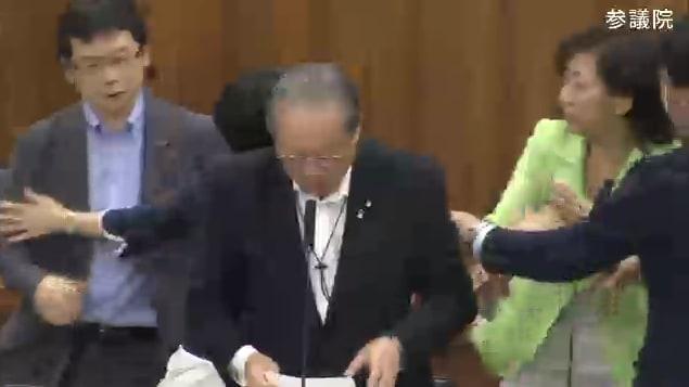 [画像]議題にない、何らかの動議を、突如提出し始めた羽生田俊・自民党議員... 野党力尽きる 労