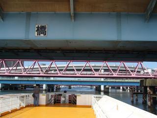水上バスより多くの橋を臨む