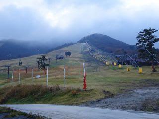 朝のスキー場(中ノ原)。道路には、まだ雪なし。車が不思議なところを走ってます。