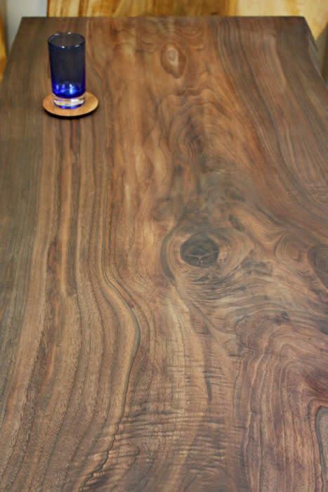ウォールナットダイニングテーブルの木目