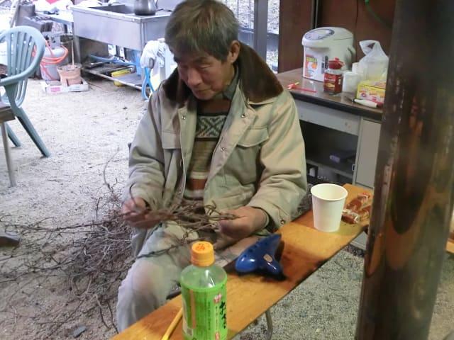 蔓を編むオーナー