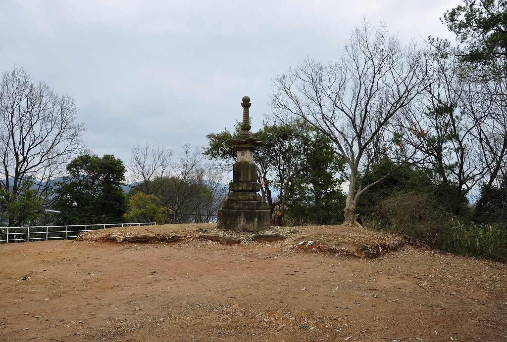 玉手山7号墳頂の石塔