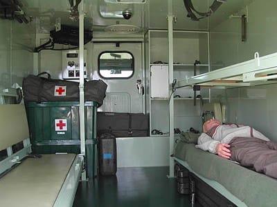 救急車の内部。73式中型トラックの車体を利用し、担架4床または座席に8... いつでも物見遊山