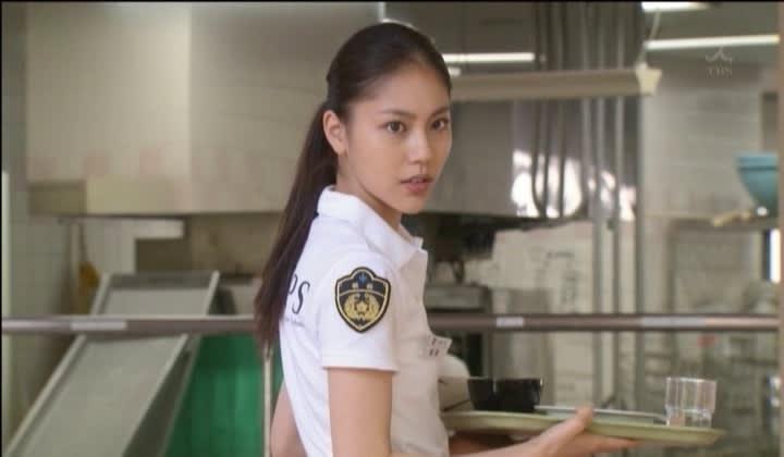 警察の衣装の水沢エレナ。