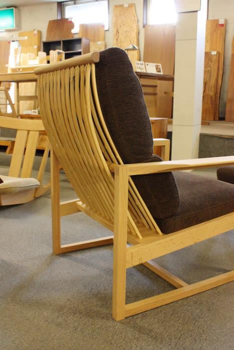 ーク材と竹のイージーチェア側面