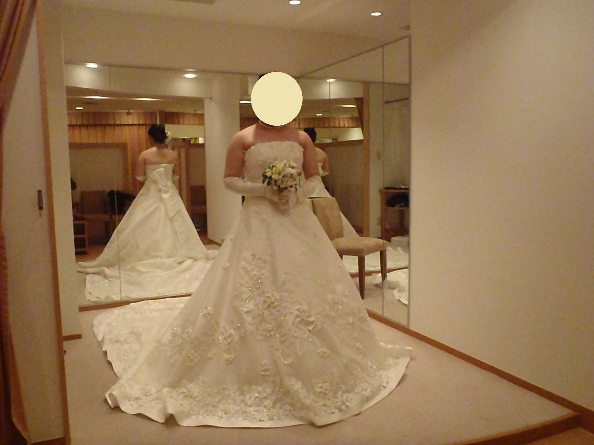 まず、1着目、オーソドックスなAラインのウエディングドレス。レンタル料30万円。 このドレスは肩を隠すショール?のようなものがセットです。