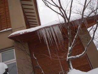 巨大つらら計画・・・は今年は無理そうです。観察状況:「つらら出来始め(気温0度)→翌日(気温10度)→積雪0cm(つらら以前に雪も)」