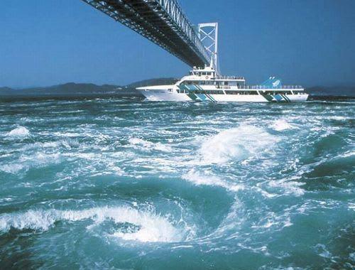 鳴門海峡の渦潮を見物するための大型クルーズ船「わんだーなると」(旅客定... ■【鳴門渦潮観光船