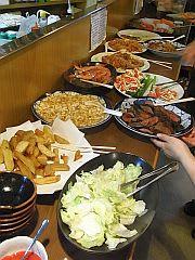 カウンターに並べられたお料理
