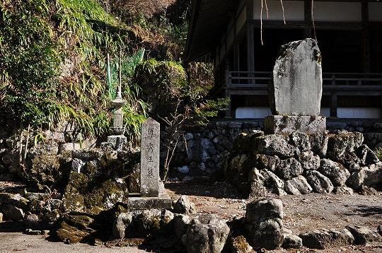尊秀王墓と自天王碑