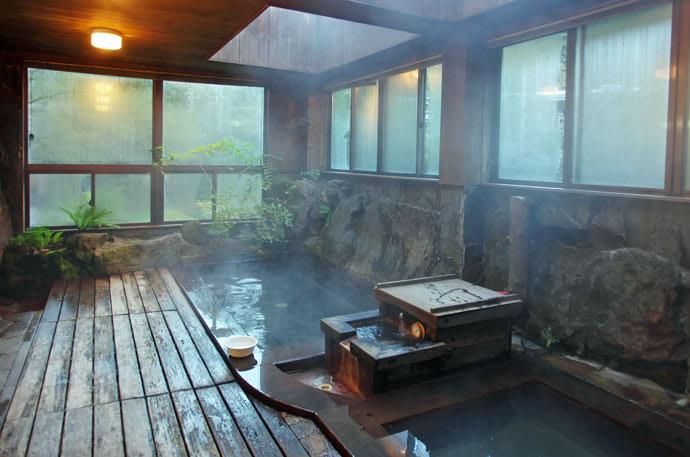 唐沢鉱泉・野趣ある浴室