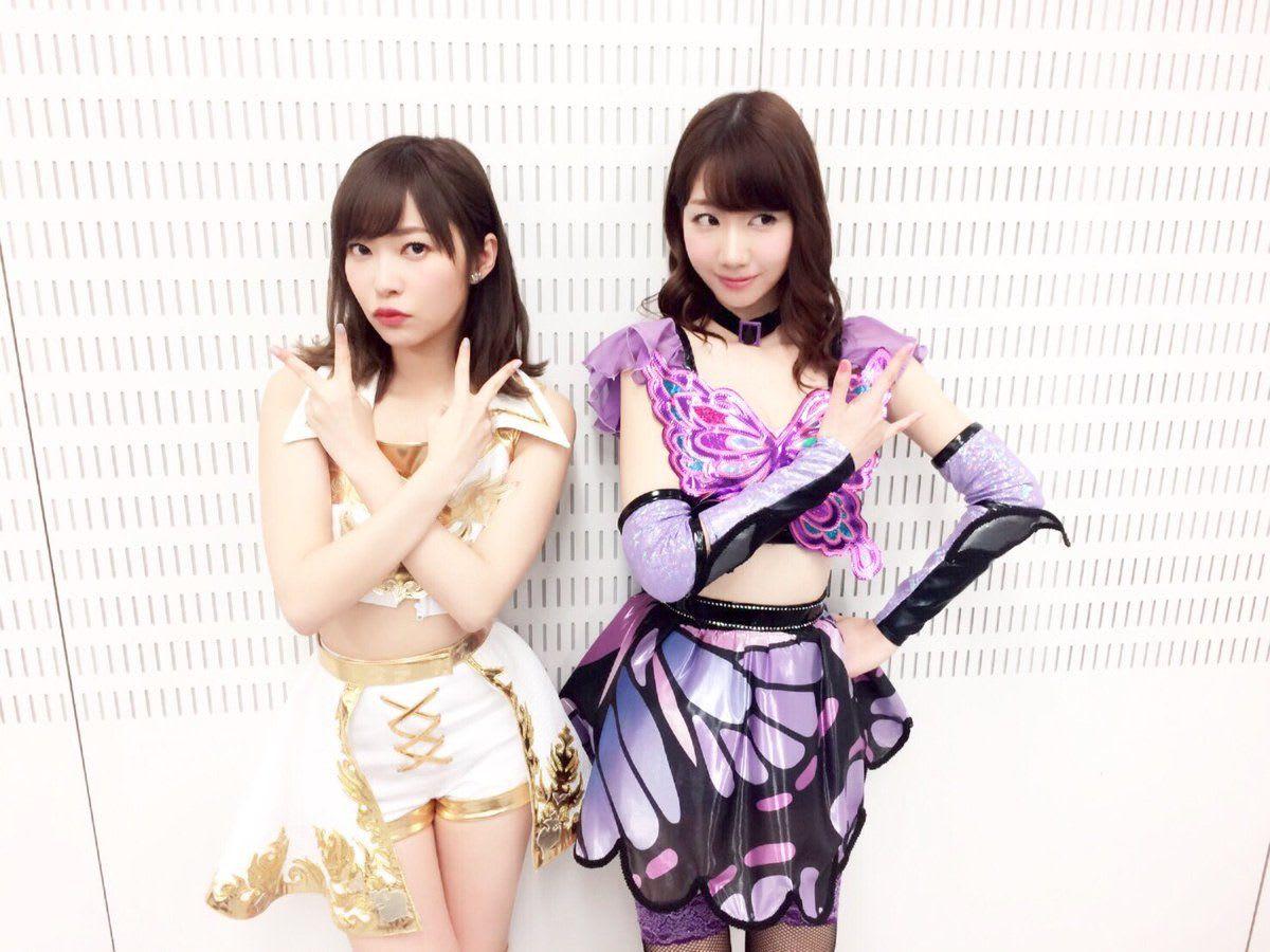 蝶のような衣装のHKT48。