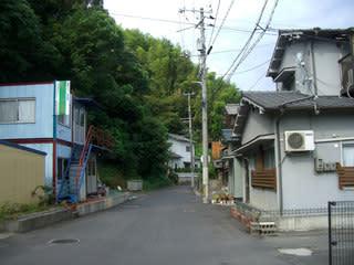 明神山の麓に建つ家々