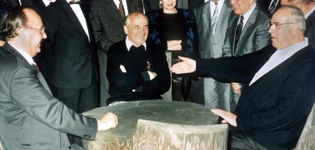 1990年、ソ連書記長ミハイル・ゴルバチョフとゲンシャー独外相と共にドイツ統一に関する会談