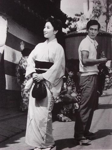 着物を着て笑顔で歩く若い頃の山本富士子