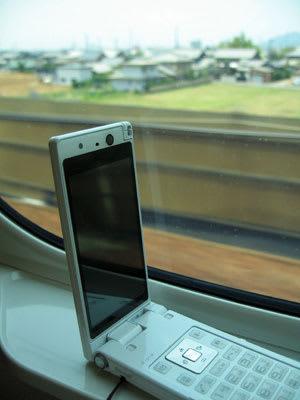 新幹線の窓側に携帯を置いてご当地マチキャラのゲットを狙うが…
