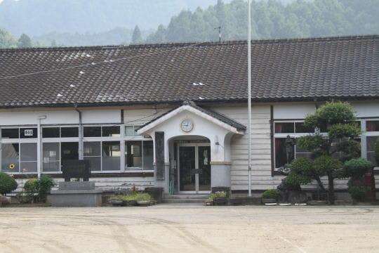 福岡県内最古の木造校舎・伊良原小学校 校門からの眺望 かつて校庭の上に... 湖底に沈む福岡県内