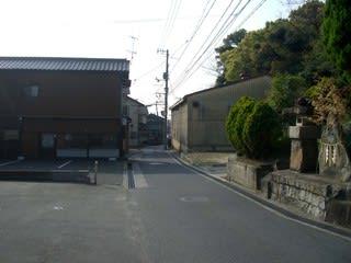 王子神社参道と葉隠饅頭を望む