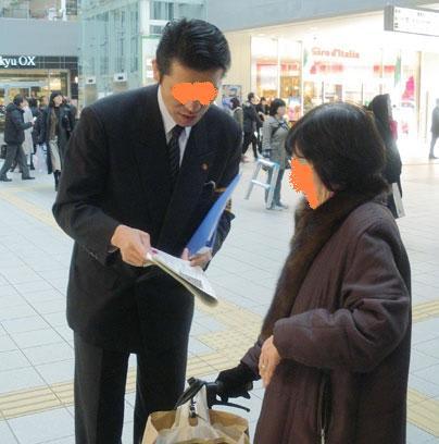 (成城駅前で情報を呼びかける警察官) あの、残虐な世田谷一家殺害事件が...