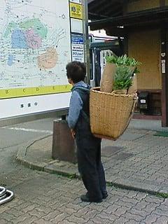 籠を背負う人
