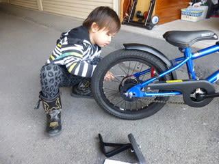 自転車の 子供 自転車 補助輪 外し方 : 外した補助輪を自分の斜め後ろ ...