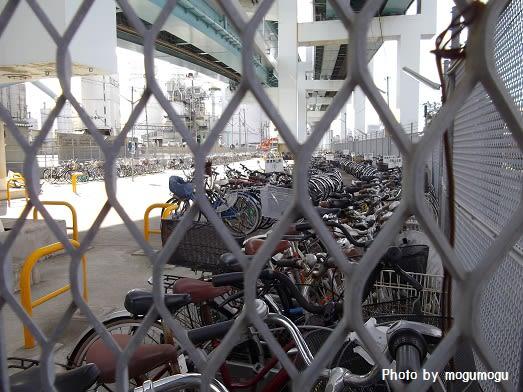 たくさんの自転車やバイクが ...