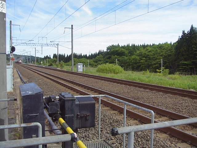 津軽今別駅を通過する貨物列車