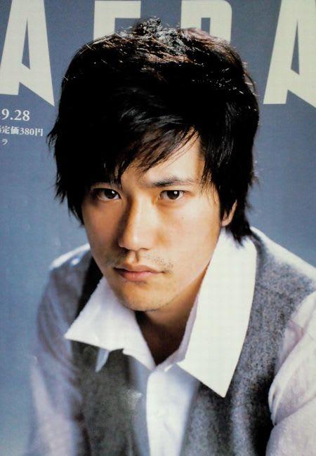 キリっとした表情の松山ケンイチ。