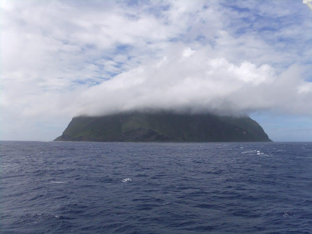 北硫黄島の面積5.57平方キロメートルは、東京都千代田区の約半分の広さで... OUR HOME