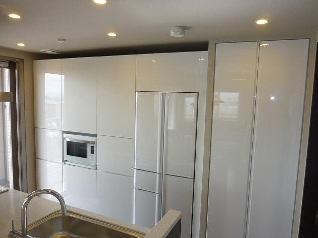 白い冷蔵庫のある上質なキッチン カラー冷蔵庫で毎日おしゃれに