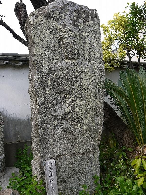石造菩薩立像