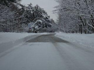 融雪道路と普通の道路の境界。下りの時は、融雪のところでスピードを落として。