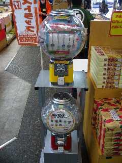 箱根湯本駅改札外のお土産売り場でのご当地ピンズ設置状況