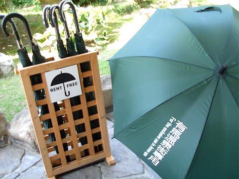 突然の雨に・・・「貸雨傘ありま!」