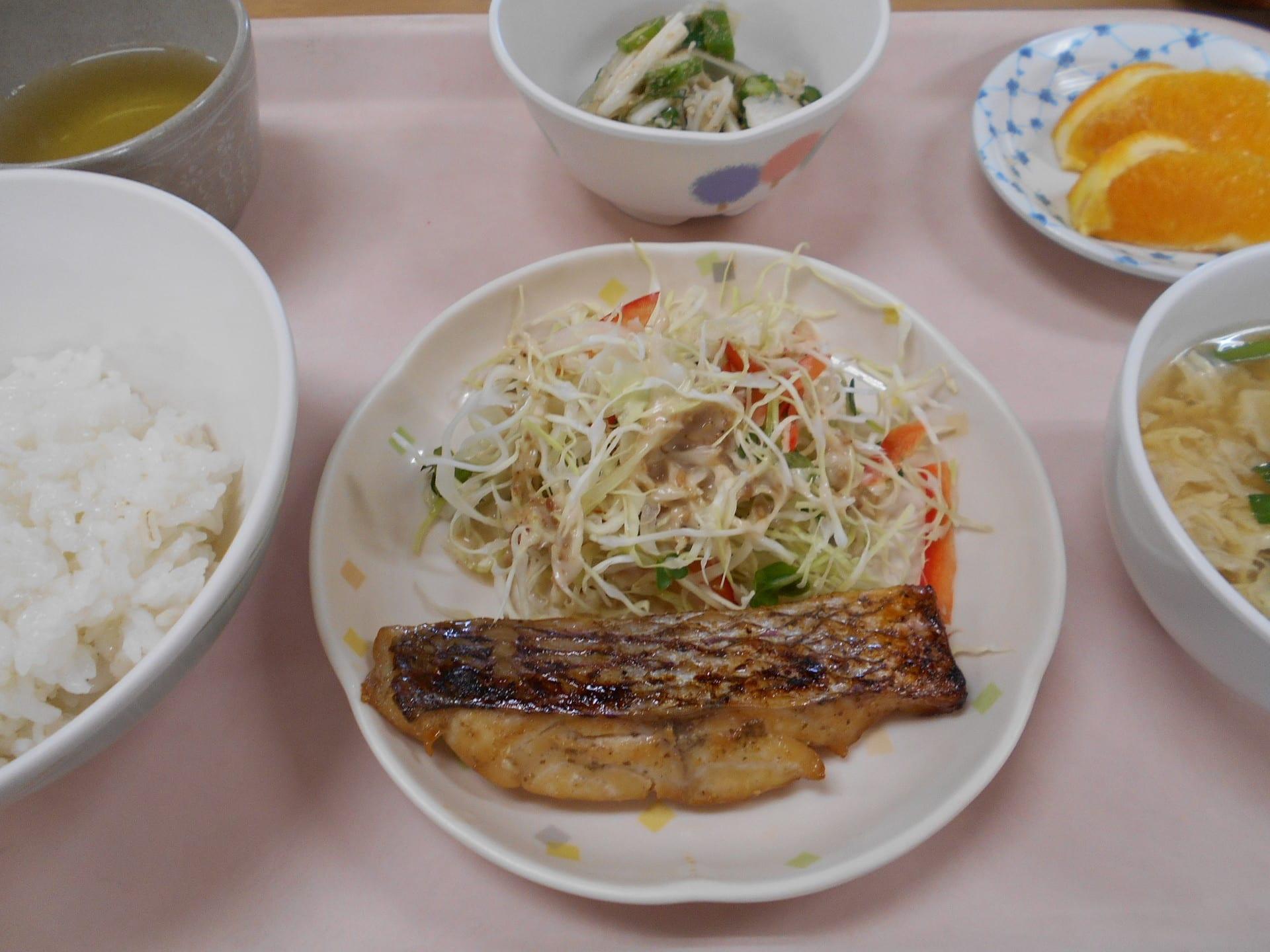 7/31 鯛の山椒焼 オクラと玉葱の酢物 中華スープ 果物