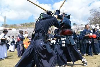 子ども武者行列では武田24将に扮した小さな武者達が元気よくパレードを行... 4月6日(日)剣道
