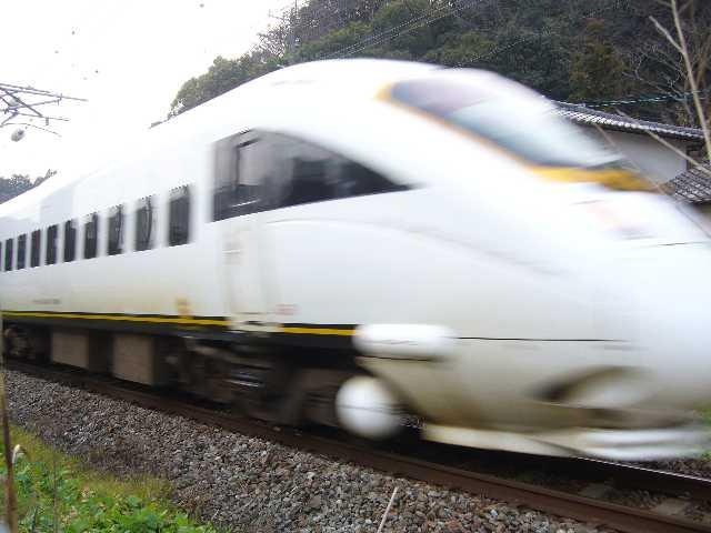 臼杵駅に向かう白いソニック(かもめ編成)