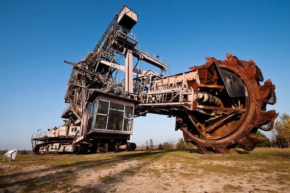 巨大な5基のモンスター掘削機が...