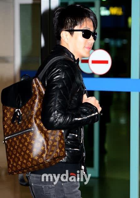 クォン・サンウ空港ファッション① OAKLEY HOLBROOK サングラス~(^^)
