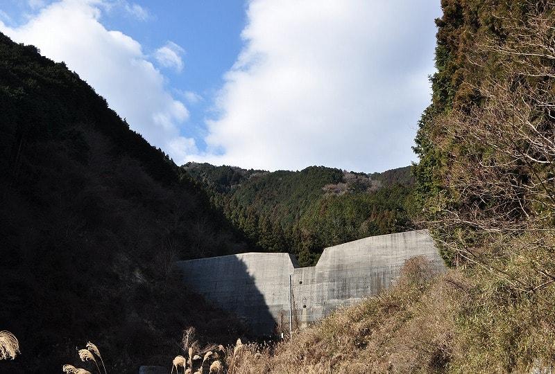 山口千塚古墳第一支群はダムの右手前の森の中です