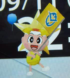 岡山県「ももっち」。県旗を振って行進