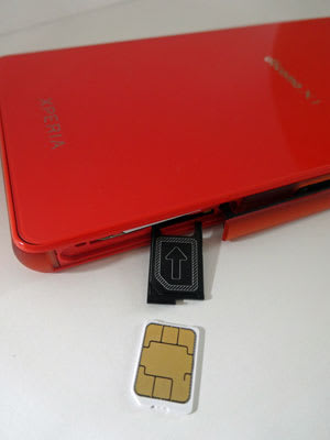 Xperia Z3 CompactにドコモnanoUIMカードを取り付け