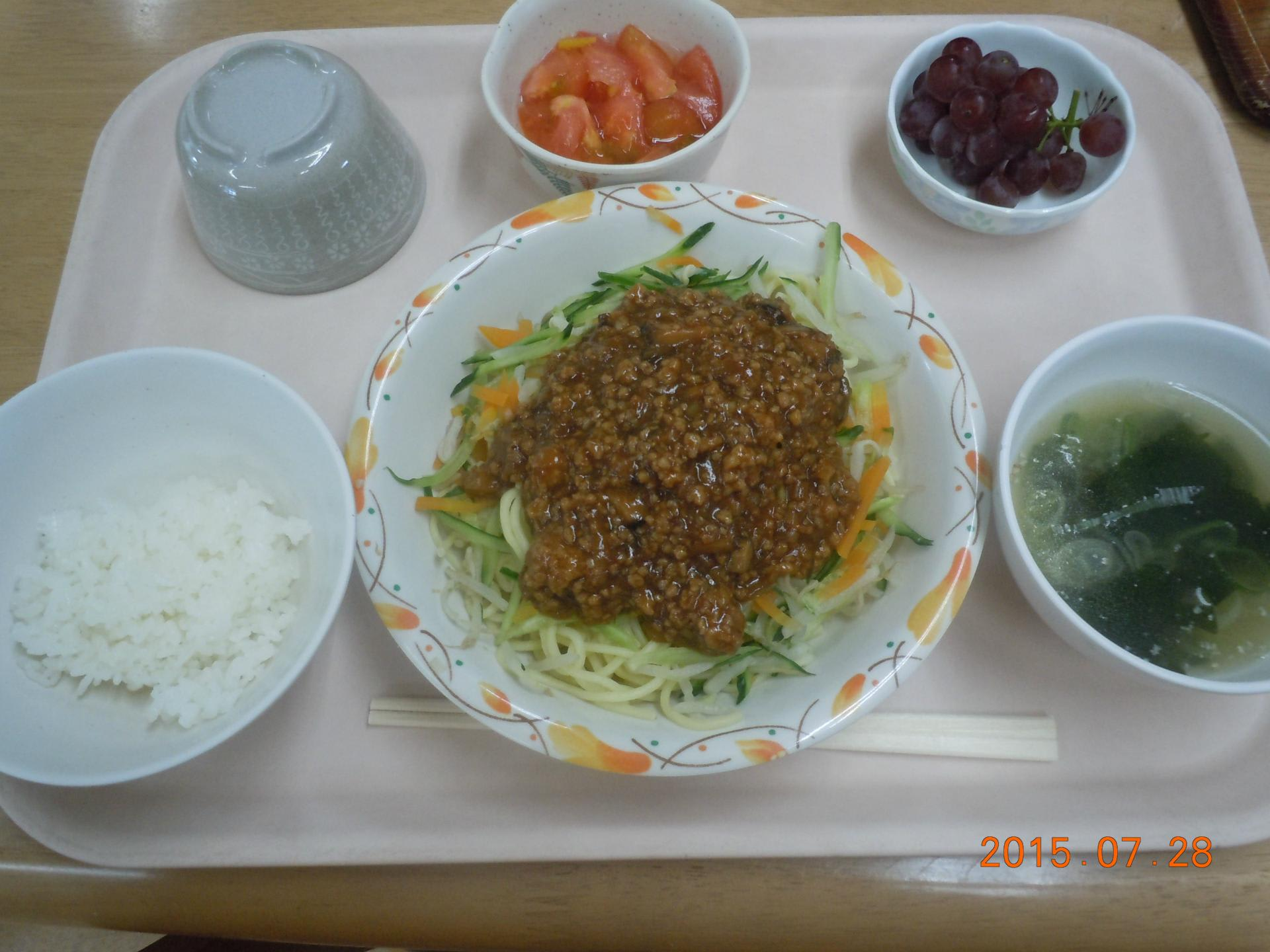 7/28 ジャージャー麺 トマトの甘酢和え わかめスープ