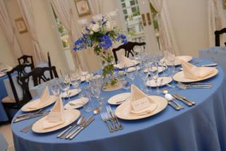 華奢なテーブル装花は、すごく気にいった! 節約のためにテーブルキャンドルは省いたのに、サービスでお花にキャンドルを付けてくれたの 。